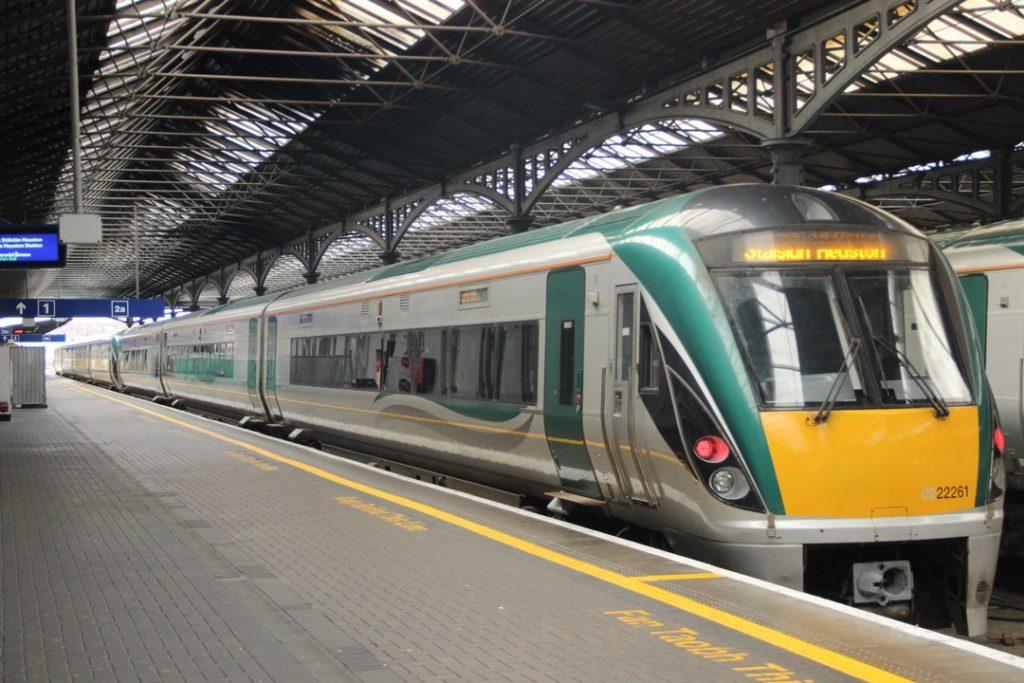 vlaková souprava na železniční stanici Heuston Railway station Dublin - Železniční stanice Heuston Dublin